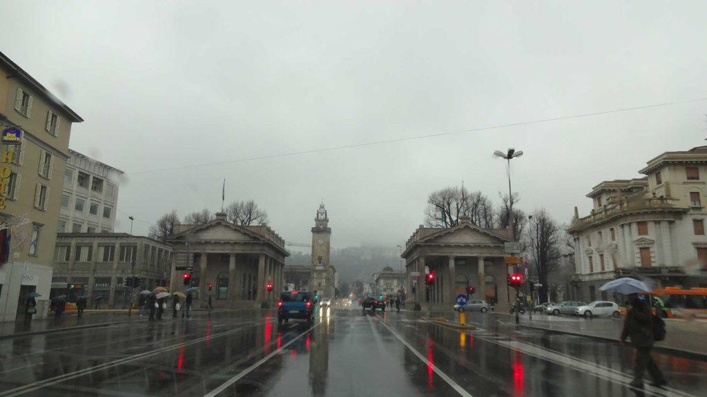 Entrando na Cidade - Bérgamo Alta ao fundo