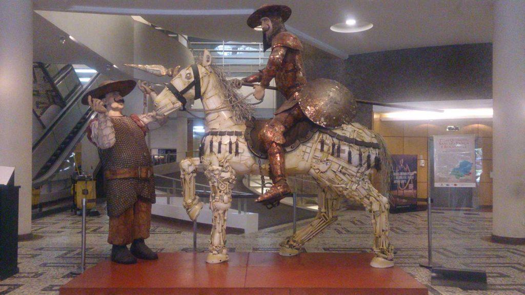 Escultura feita de materiais reciclados - Conjunto Nacional