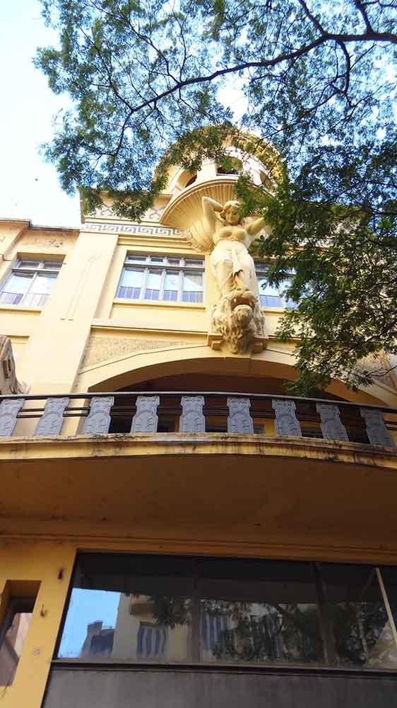 Escultura na Fachada de Prédio - Porto Alegre
