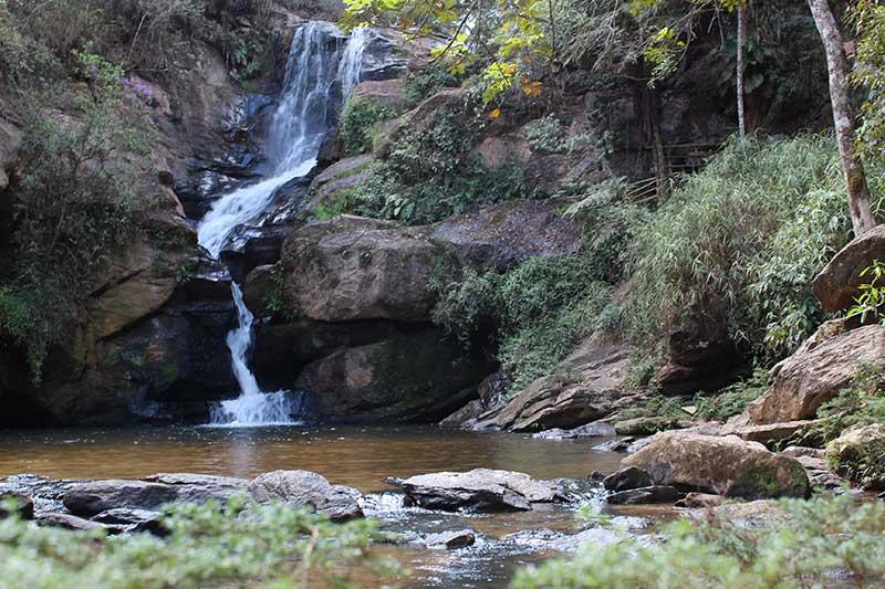 Cachoeira Véu de Noiva - Mais alguém vê dois rostos quase se beijando no centro onde a cachoeira passa