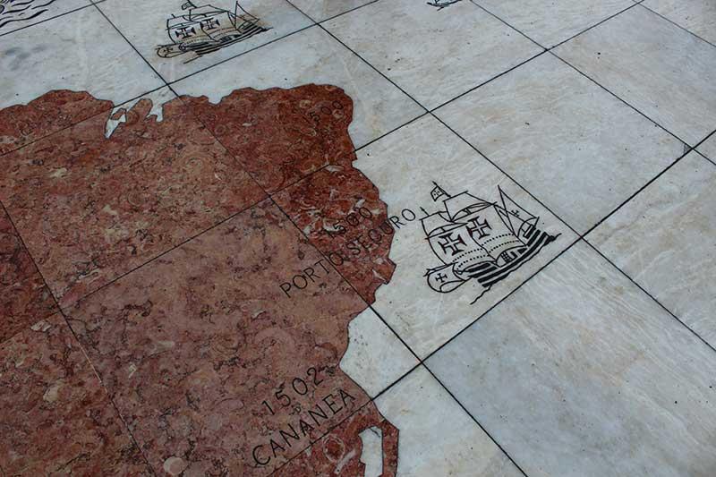 Mapa em Frente ao Padrão dos Descobrimentos - Lisboa